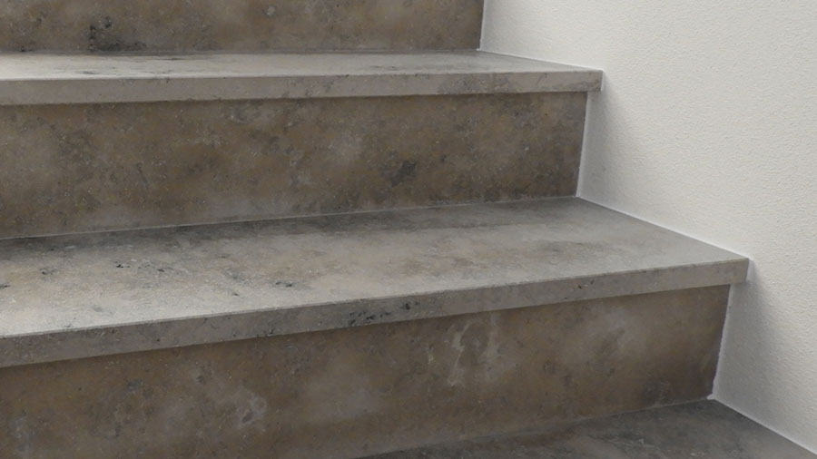 Treppenstufen aus Naturtstein, Treppenhaus vom Sachverständigen begutachtet