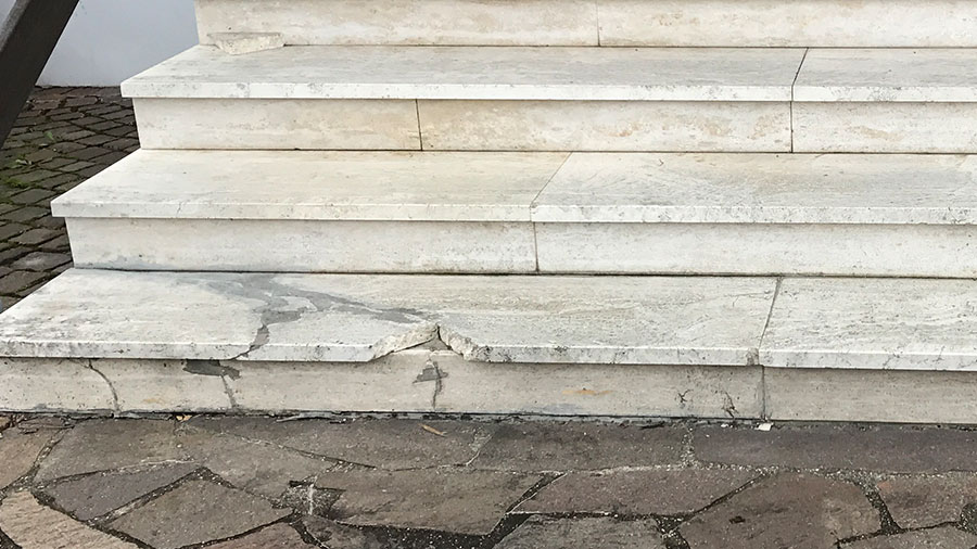Treppenstufen aus Stein brechen