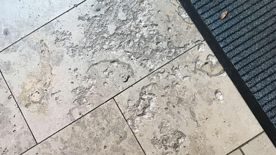 Bodenfliesen aus Naturstein weisen einen Mangel auf, hier ist der Sachverständige gefragt