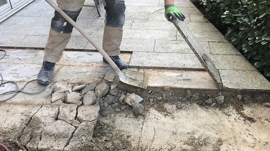 Sachverständiger prüft den Bodenplatten aus Stein